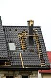 新的屋顶和烟囱建设中 免版税库存图片