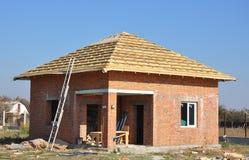 新的屋顶膜覆盖物木建筑家庭构筑与屋顶椽木和金属梯子室外反对蓝天 库存照片