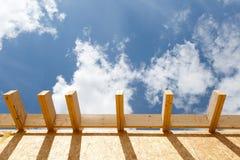新的屋顶细节在房子的建设中 免版税库存照片
