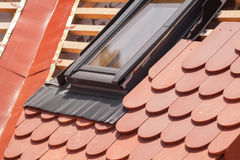 新的屋顶建设中有木粱、防水的层数角落的,天窗和自然瓦片的 图库摄影