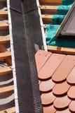 新的屋顶建设中有木粱、防水的层数角落的,天窗和自然瓦片的 免版税图库摄影