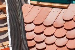 新的屋顶建设中有木粱,防水的层数的壁角和自然瓦片的 免版税库存照片