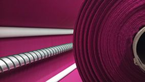 新的工业桃红色卷,桃红色背景 概念:材料,织品,制造,服装工厂,织品新的样品  库存图片