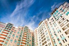 新的市政房子在蓝天下 库存照片