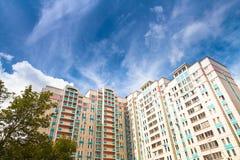 新的市政房子在蓝天下 免版税库存图片