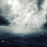 新的希望在风雨如磐的海洋 库存图片