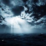 新的希望在风雨如磐的海洋 免版税库存图片