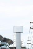新的广告的广告牌在中心城市街道上 免版税库存照片
