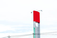 新的广告的红色广告牌在中心城市街道上 库存照片