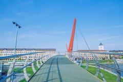 新的建筑学桥梁在叶尔加瓦,拉脱维亚 议院和大厦 库存图片