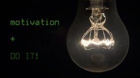 新的想法崩溃,失败概念 电灯泡在黑背景烧光 影视素材