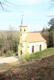 更新的教会在森林里 图库摄影