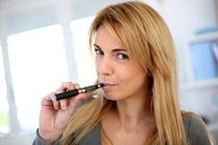 新的方式停止抽烟 库存图片