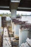 新的曲拱桥梁的建筑 免版税库存照片
