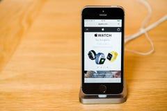 新的最新的苹果计算机iPhone SE智能手机从苹果电脑 库存图片