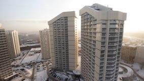 新的有阳台的公寓住宅房子复合体  夹子 豪华住宅复合体的顶视图在日落的 库存照片