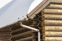 新的木温暖的生态村庄房子r的角落特写镜头  免版税库存照片