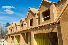 新的木连栋房屋建筑 库存照片