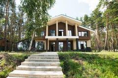 新的村庄家在森林里 免版税库存图片