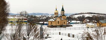 新的村庄教会 阿尔泰山,北部面孔 免版税库存图片
