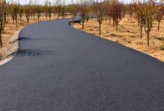 新的柏油碎石地面路在中国北部恶劣的山区  库存照片