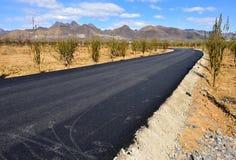 新的柏油碎石地面路在中国北部恶劣的山区  免版税库存照片
