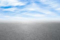 新的柏油路和天空 免版税库存照片