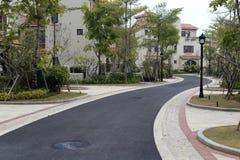 新的柏油路在住宅区 库存照片