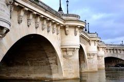 新的桥梁在巴黎 免版税库存图片