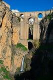 新的桥梁普恩特Nuevo和Tajo的看法狼吞虎咽Tajo de朗达 图库摄影