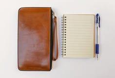 新的棕色皮革钱包和空白的笔记本 图库摄影