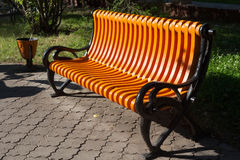 新的橙色长凳在彼得罗巴甫尔俄国市名字城市公园是彼得罗巴甫洛斯克 库存照片