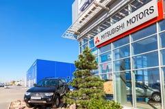 新的汽车三菱帕杰罗体育在办公室附近停放了  免版税库存图片