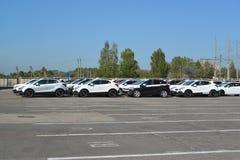 新的汽车在汽车植物疆土站立  库存图片