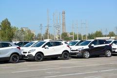 新的汽车在汽车植物疆土站立  免版税库存照片