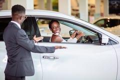 新的汽车惊奇的非洲妇女,我美丽的妻子的礼物 免版税图库摄影