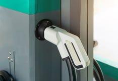 新的汽车的发电的电车充电站 图库摄影