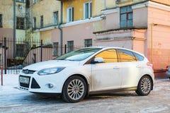 新的汽车福特焦点在肮脏的俄国街道停放了 库存照片