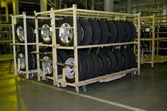 新的汽车轮子在automobi装配车间的一个机架说谎  库存图片