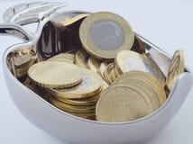 新的沙特里亚尔和显示萨勒曼国王的Halalas硬币 免版税库存照片