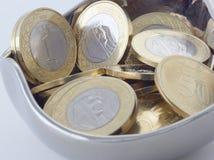 新的沙特里亚尔和显示萨勒曼国王的Halalas硬币 免版税库存图片
