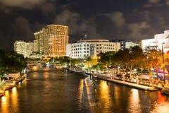 新的河在街市Ft劳德代尔在晚上,佛罗里达,美国 免版税库存图片