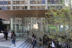 新的河边区苹果计算机商店开门2017年10月16日在密执安Ave芝加哥 图库摄影