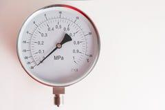 新的测压器在灰色背景说谎 免版税库存照片
