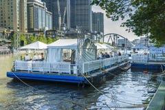 新的浮动餐馆和酒吧看法在墨尔本 库存图片
