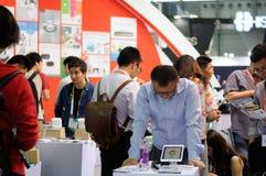 新的消费者电子展示的访客在上海 免版税图库摄影
