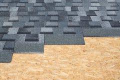 新的灰色沥青屋面木瓦 免版税库存图片