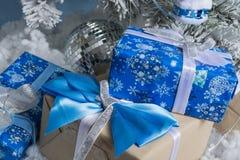 新的照片s年 与雪的模仿的新年` s树用玩具装饰 礼物说谎在fNew年` s树下 免版税图库摄影