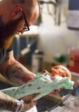 新的父亲在医院托儿所带走婴孩 库存照片