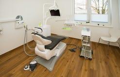新的牙医的椅子在牙医的治疗屋子安置 库存照片